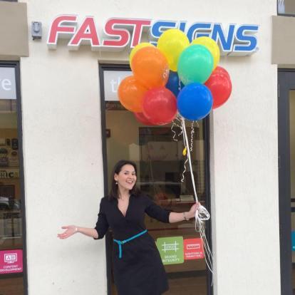 Rosella inaugurando Fast Signs